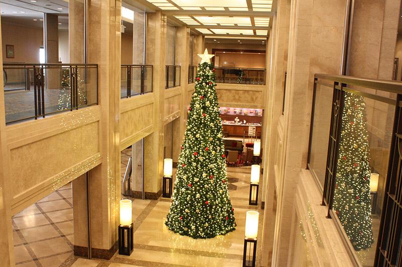 初お目見え!ロビーにそびえる高さ6メートルの新クリスマスツリー